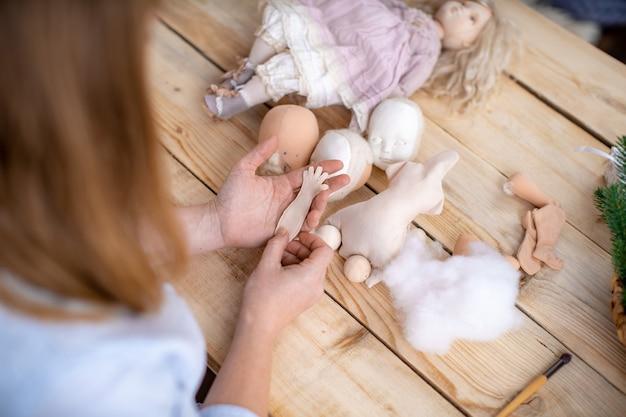 Proces tworzenia ręcznie robionej lalki projektanta.