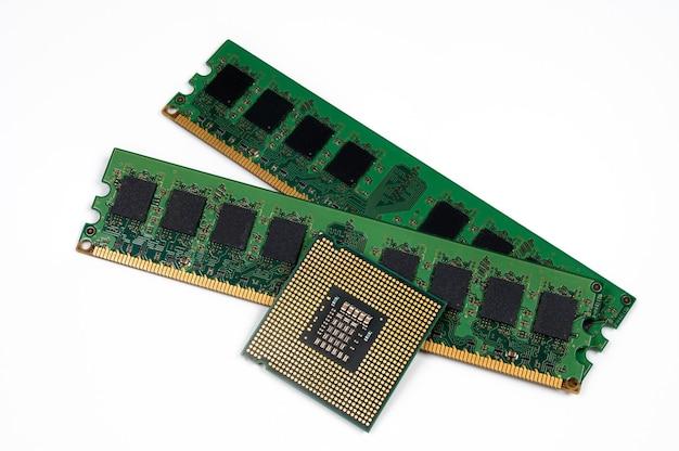 Procesor i pamięć ram na białym tle. procesor i pamięć ram dla laptopa.
