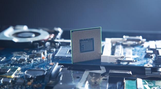 Procesor procesora na płycie głównej komputera.