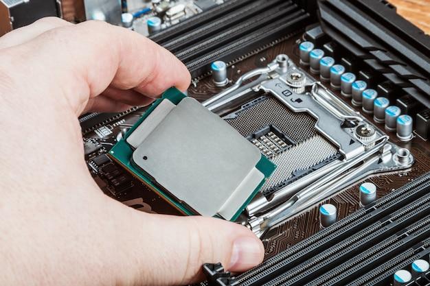 Procesor w ręku