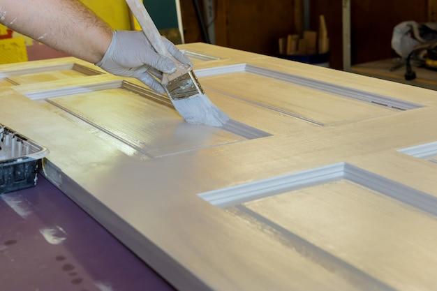 Procesy mistrzowskie w stolarce budowlanej do malowania drzwi drewnianych za pomocą pędzla