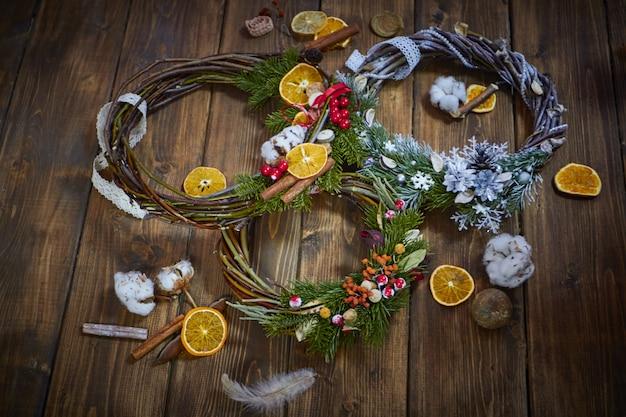 Producent świątecznych dekoracji własnymi rękami. wieniec na święta