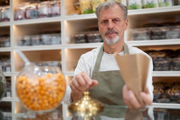 Producent w swoim sklepie ze świeżą żywnością