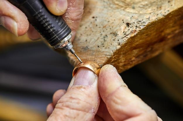 Produkcja biżuterii. proces wiercenia otworów w pierścieniu.