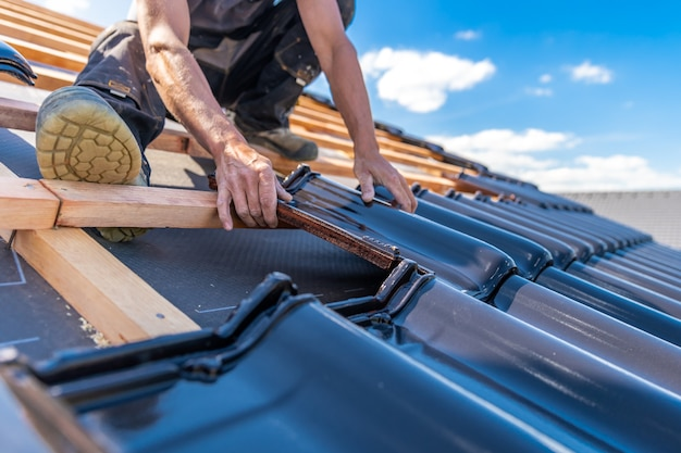 Produkcja dachów domu jednorodzinnego z wypalanej dachówki ceramicznej.