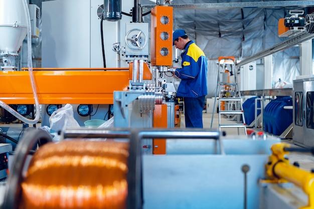 Produkcja drutu miedzianego, kabla w rolkach w fabryce. fabryka kabli.