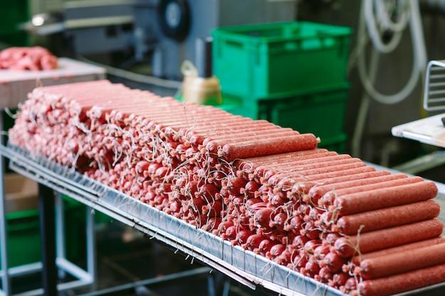 Produkcja kiełbas, produkcja żywności w fabryce.