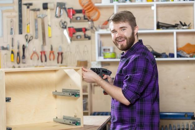 Produkcja, małe firmy i koncepcja pracownika - człowiek pracujący w fabryce mebli.