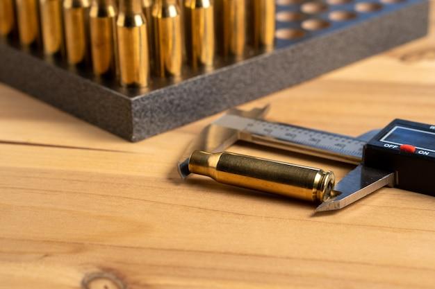 Produkcja nabojów do karabinu, przeładuj. pomiar pustych wkładów za pomocą suwmiarki
