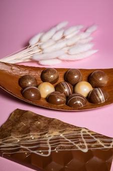 Produkcja ręcznie robionych czekoladek i słodyczy.