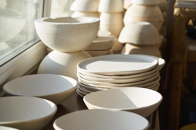Produkcja wyrobów ceramicznych, obrabianych przedmiotów. piękne tło z ceramiki