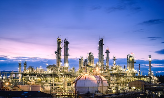 Produkcja zakładu przemysłu naftowego na niebie o zmierzchu, rafinerii ropy i gazu lub zakładu przemysłu petrochemicznego z wieżą destylacyjną