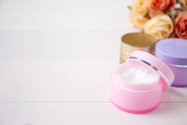Produkt kosmetyczny i do pielęgnacji skóry na biały stół z drewna