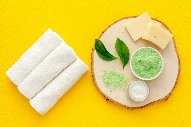 Produkt kosmetyczny z olejkiem z drzewa herbacianego. świeże liście drzewa herbacianego, sól i olej