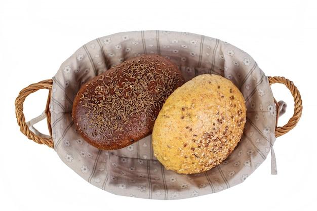 Produkt piekarniczy. chleb. piękny skład z łozinowym koszem i różnym chlebem na białym tle. izolować.