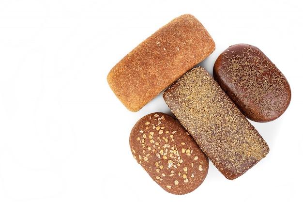 Produkt piekarniczy. chleb. piękny skład z różnym chlebem na białym tle