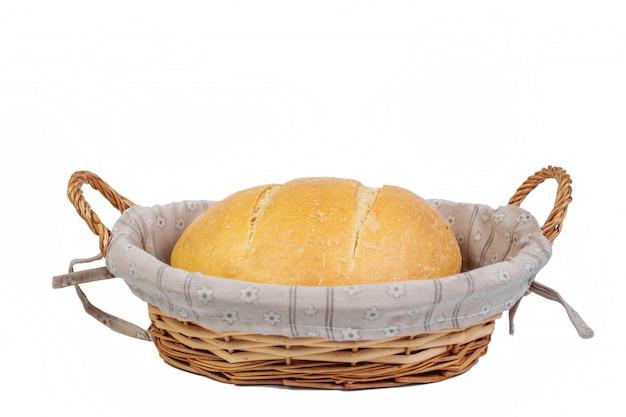 Produkt piekarniczy. chleb. świeży biały chleb w wiklinowym koszu. izolować. widok z góry i kopiowanie miejsca na tekst.