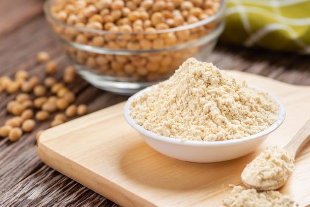Produkt z mąki sojowej w misce z soją, mąka kinako.