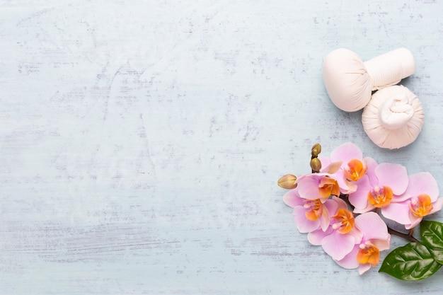 Produkty do aromaterapii spa ozdobione prostymi kwiatami orchidei