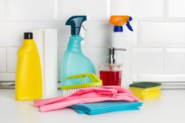 Produkty do czyszczenia butelek i elementów czyszczących na blacie kuchennym
