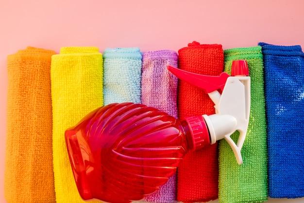 Produkty do czyszczenia domu na białym stole z niebieskim tle gradientu. dużo miejsca do kopiowania wokół obiektów. firma sprzątająca