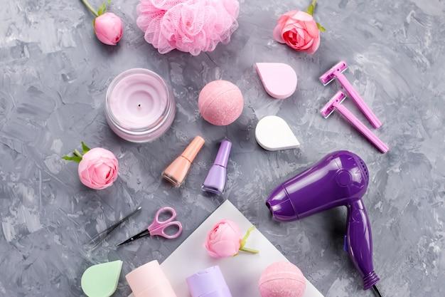 Produkty do higieny osobistej, bielizna i kosmetyki. kobiety traktowania traktowania pojęcie, odgórny widok