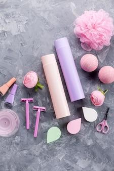 Produkty do higieny osobistej i kosmetyki leżą płasko. kobiety traktowania traktowania pojęcie, odgórny widok