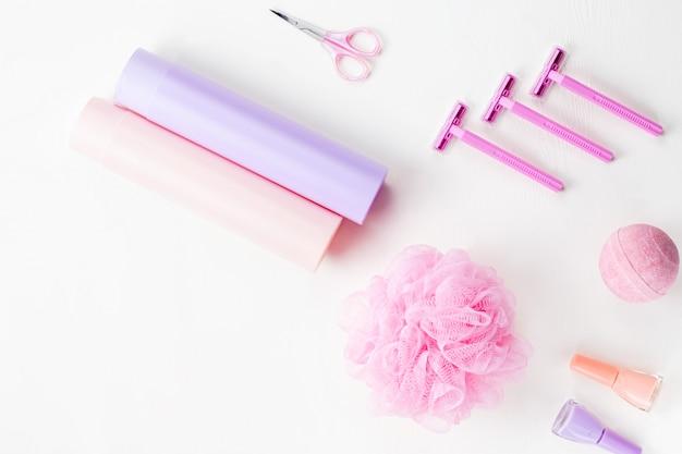 Produkty do higieny osobistej na białym blacie, nad głową