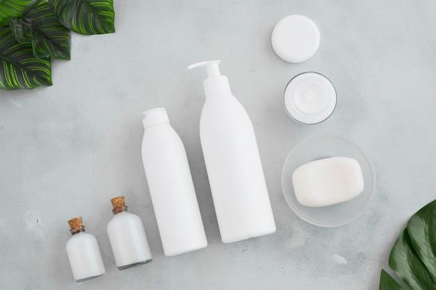 Produkty do kąpieli i liści na niebieskim tle
