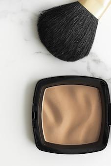 Produkty do makijażu i kosmetyki na marmurowym płaskim tle nowoczesny kobiecy styl życia blog kosmetyczny i...