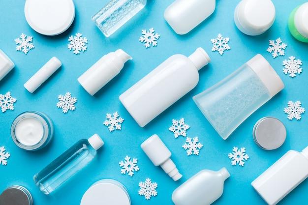 Produkty do makijażu i ozdoby świąteczne na kolor tła. widok z góry koncepcja piękna nowego roku.