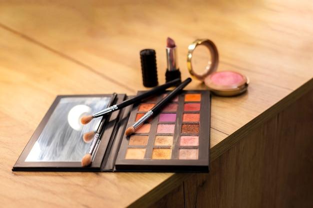 Produkty do makijażu ze szczotkami