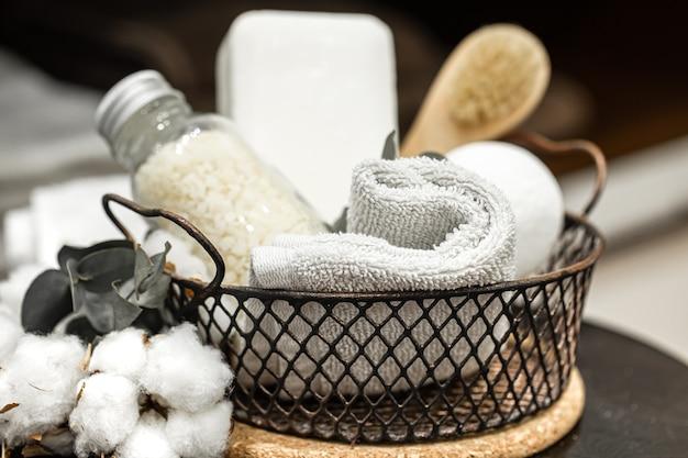 Produkty do pielęgnacji ciała w metalowym koszyczku. pojęcie zdrowia i higieny.