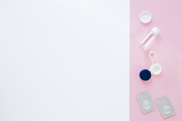 Produkty do pielęgnacji oczu na różowym i białym tle
