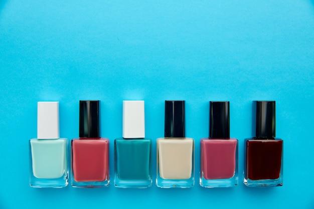 Produkty do pielęgnacji paznokci, rząd lakieru w butelkach. koncepcja procedur opieki zdrowotnej, kosmetyki modowe, narzędzia do manicure i pedicure, lakier do paznokci