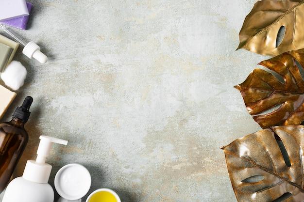 Produkty do pielęgnacji skóry leżące na płaskiej powierzchni z miejsca na kopię