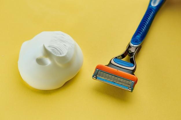 Produkty do pielęgnacji skóry, maszynki do golenia i pianki do golenia. koncepcja procedur opieki zdrowotnej, ostrze lub golarka