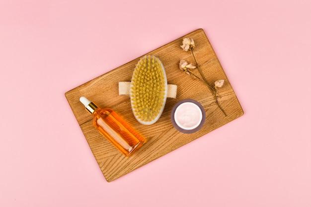 Produkty do pielęgnacji skóry na pastelowym tle.