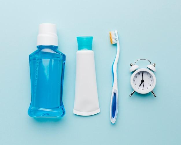 Produkty do pielęgnacji zębów leżące płasko