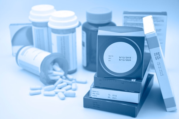Produkty farmaceutyczne z datą produkcji i datą ważności na opakowaniu.