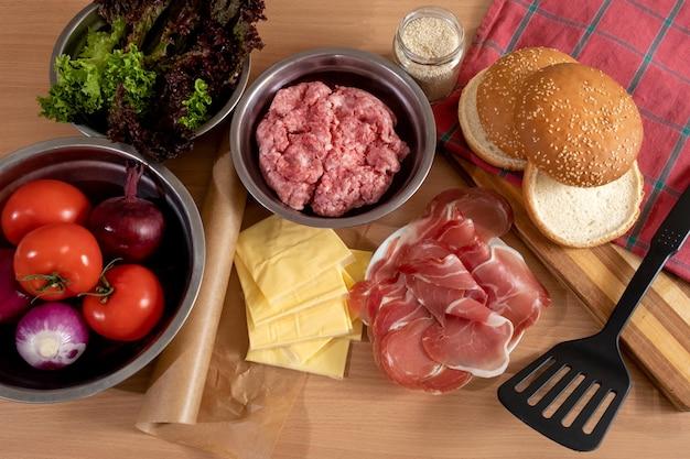 Produkty i składniki do gotowania big burgera lub cheeseburgera na stole