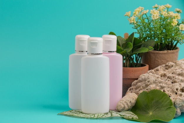 Produkty kosmetyczne dla kobiet umieszczone na niebiesko.