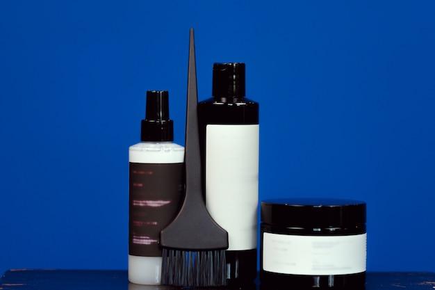 Produkty kosmetyczne do farbowania włosów w czarnych opakowaniach z miejsca na kopię