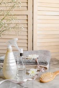 Produkty kosmetyczne do włosów na biurku