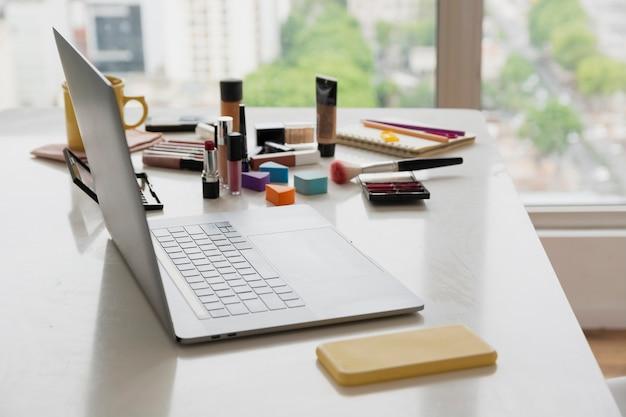 Produkty kosmetyczne pod dużym kątem na stole