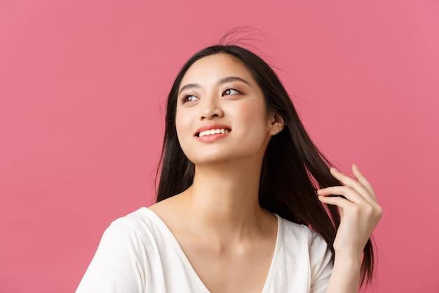 Produkty kosmetyczne reklama pielęgnacja włosów i koncepcja mody damskiej romantyczna delikatna azjatycka kobieta z...