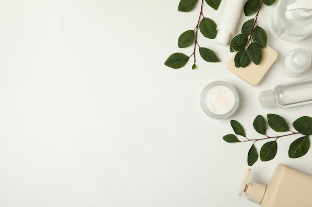 Produkty kosmetyczne spa i gałęzie z liśćmi