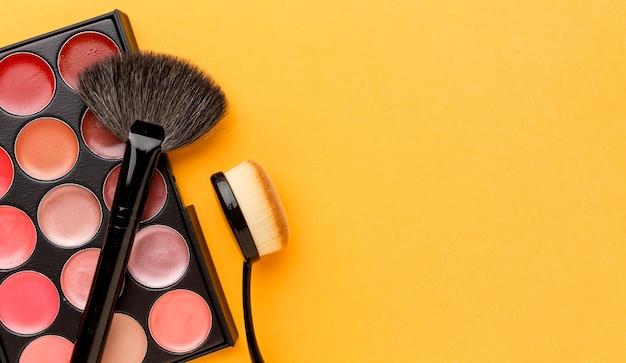 Produkty kosmetyczne z widokiem z góry z miejsca na kopię