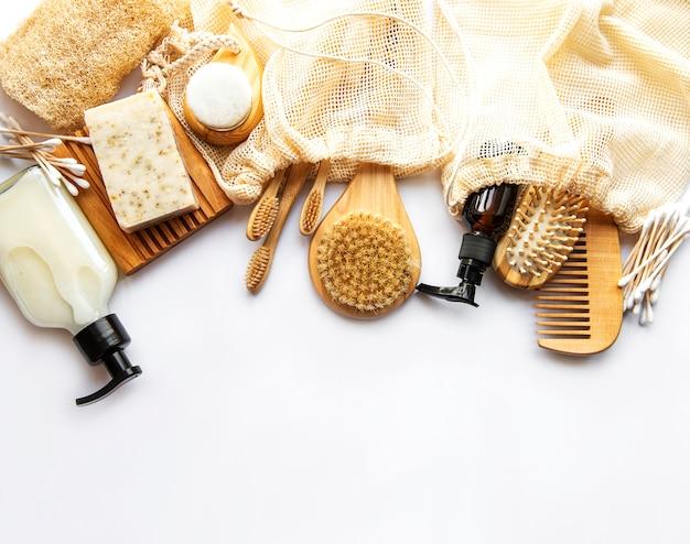 Produkty kosmetyczne zero waste na białym tle. leżał na płasko.