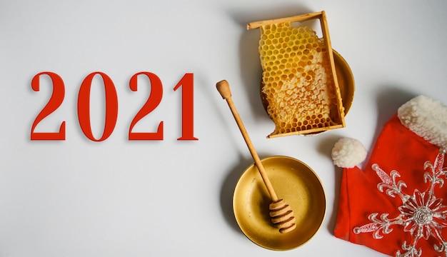 Produkty miodowe. boże narodzenie i nowy rok 2021 tło dla pszczelarstwa. widok z góry. leżał płasko